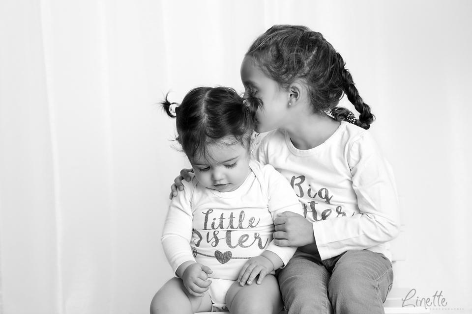 Linette Photographie - deux soeurs en noir et blanc