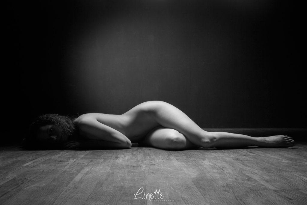 Nu artistique réalisé en studio par Linette Photographie