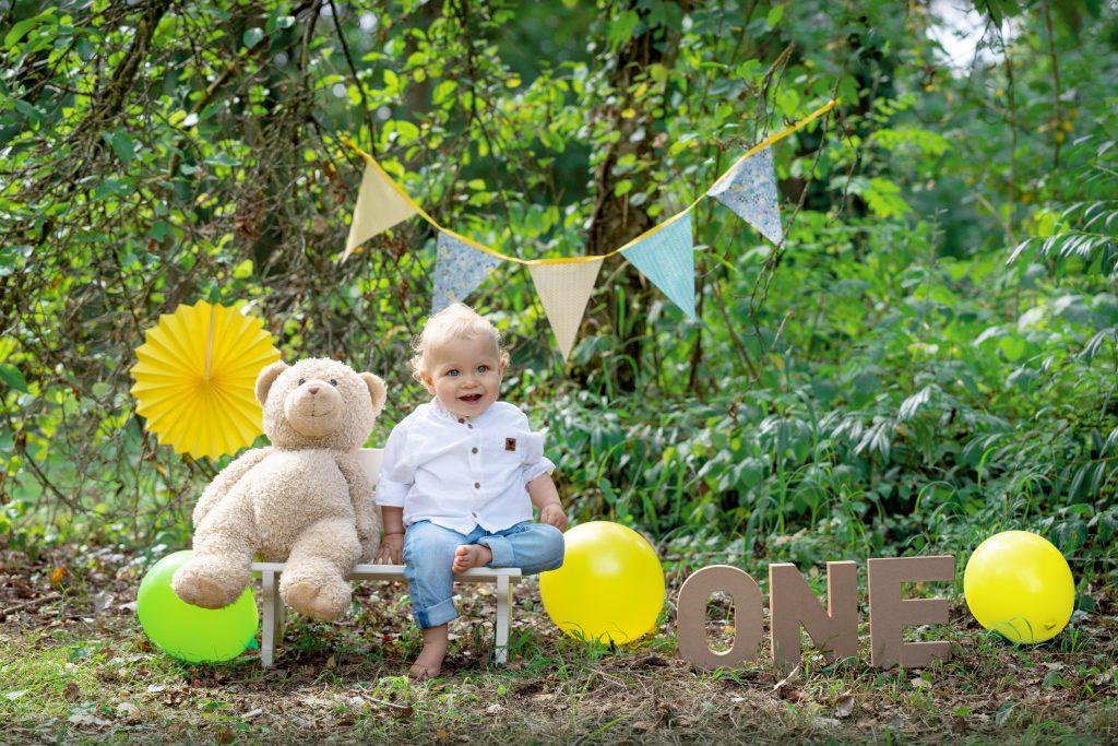 photo réalisée pour l'anniversaire d'un petit garçon. La mise en scène est réalisée en extérieur en fonction des couleurs choisies par les parents.